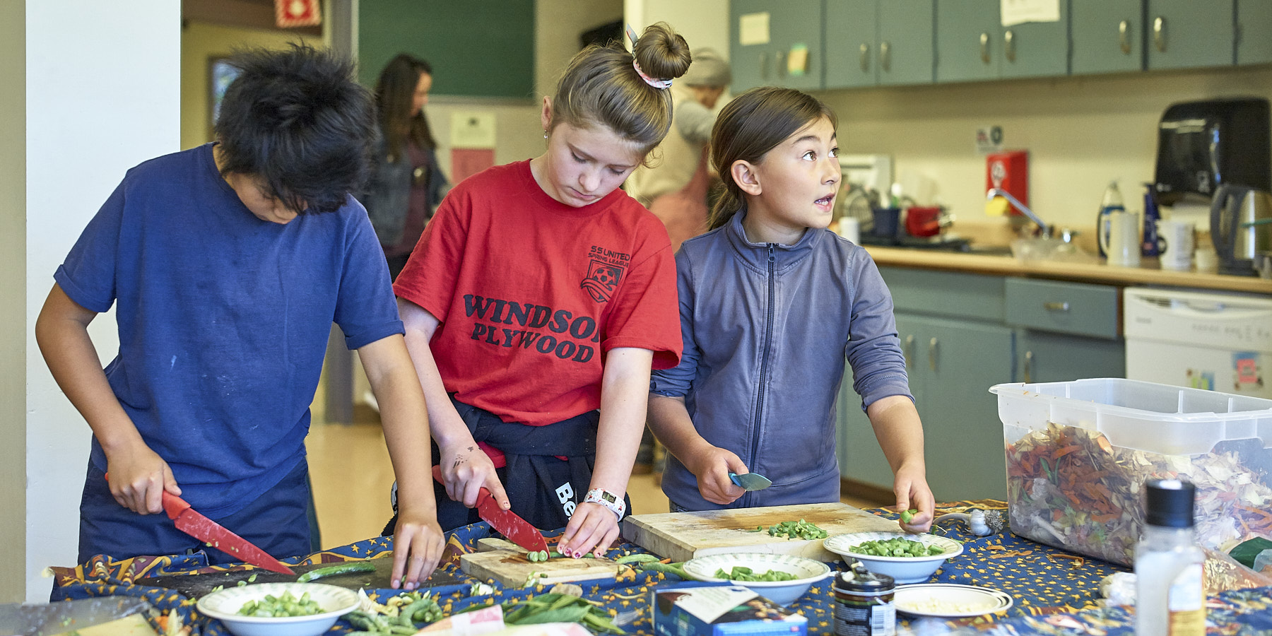 Fulford students prep for Harvest Lunch ©johncameron.ca